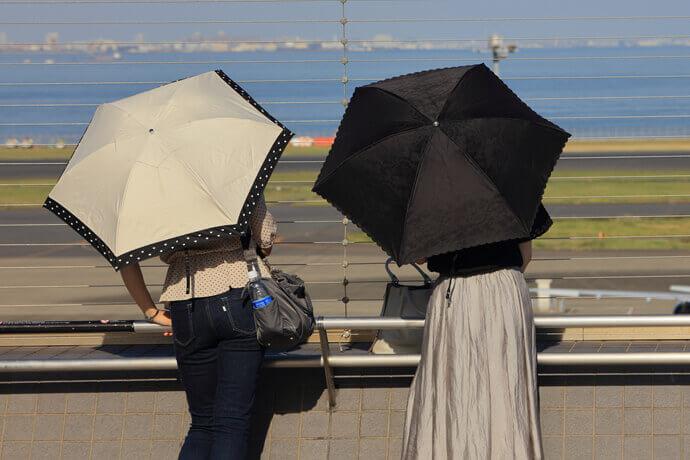 紫外線をしっかり防止するためには、日傘の色選びも重要です
