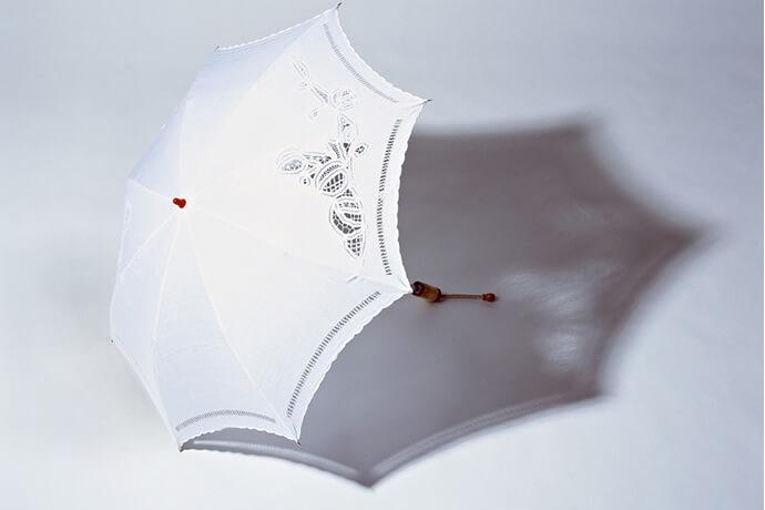 日傘の「完全遮光」をかしこく選んで、紫外線から肌を守る方法
