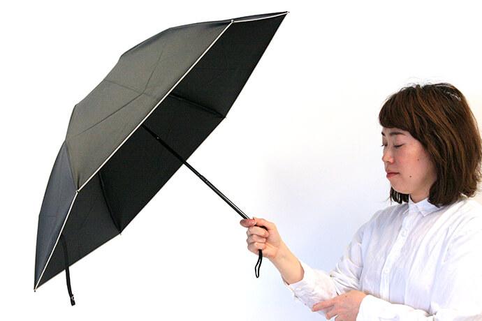 日傘は、時間帯と進む方向によってさすべき角度が変わります