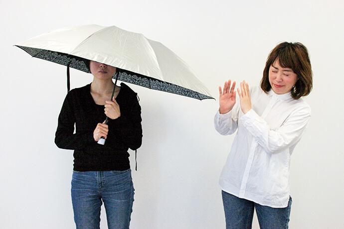 人が密集している場所で日傘を使うと迷惑に感じます