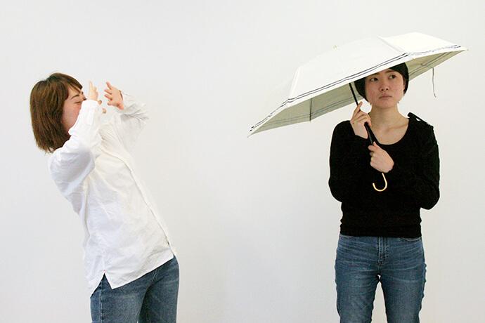 明るい色の日傘をさすと、周りの人に太陽光をふりまいて迷惑になります