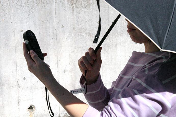 遮光率99.99%以上の日傘を使ったときの顔付近の紫外線量を計測。