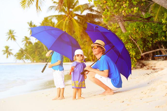 日傘男子は、子供を太陽熱から守るために日傘を使います