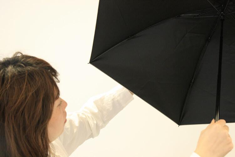 紫外線の乱反射を防ぐために、日傘の内側は黒色のものを使いましょう