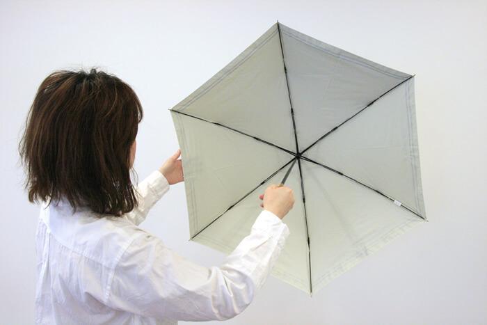 多くの日傘には、紫外線を防ぐ加工がしてあります。