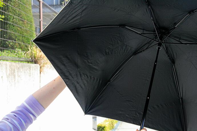 遮光率99.99%以上の傘の表側に手を当てて、透けるかどうかを実験。全く透けませんでした。