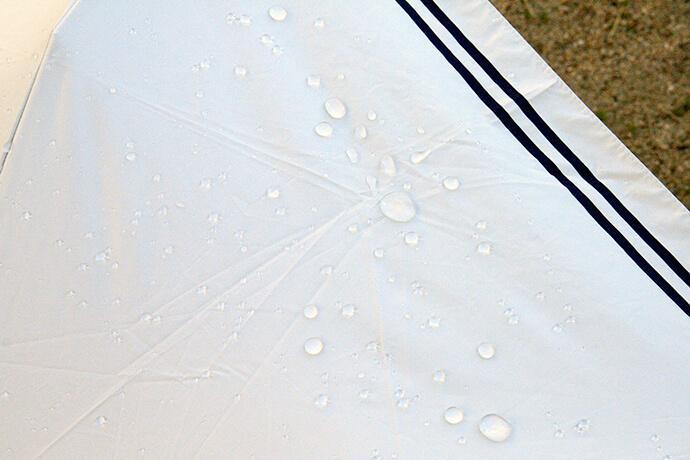 傘の生地が雨や水をはじくのは、はっ水加工の効果です